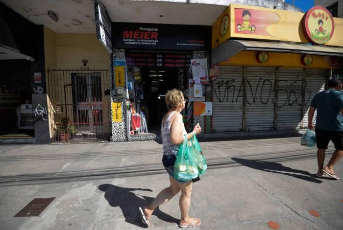 Rua Dias da Cruz, no Méier, ontem, com poucas lojas abertas