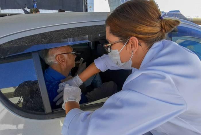 A vacinação drive-thru vai continuar, segundo a Secretaria de Saúde, para evitar exposição dos idosos ao coronavírus