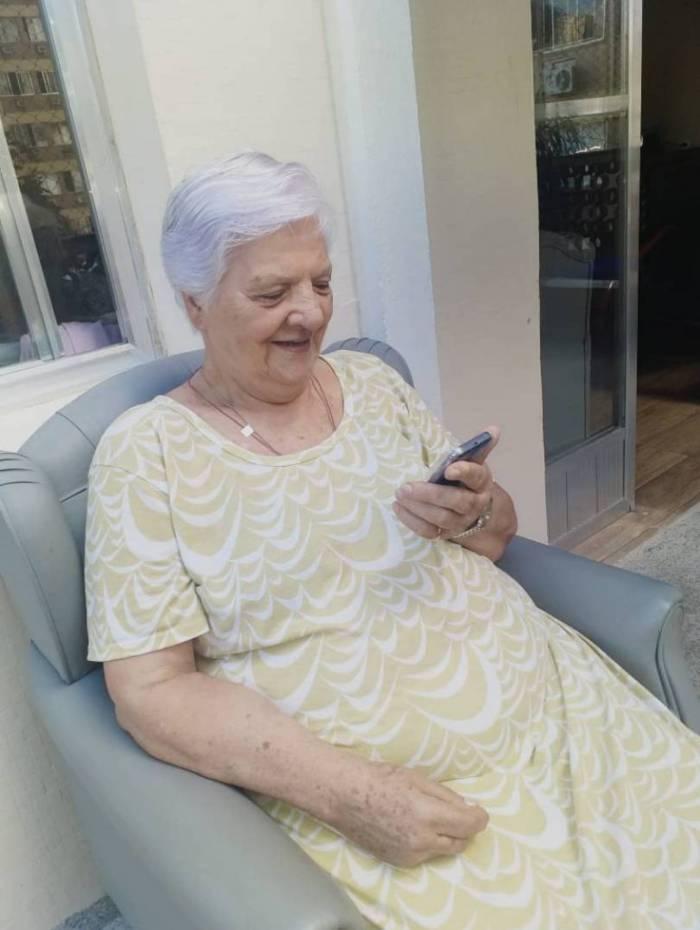 Dona Glória da Conceição Araújo Ribeiro, de 84 anos, hóspede da Casa Vila do Sol, feliz da vida depois de falar com o filho