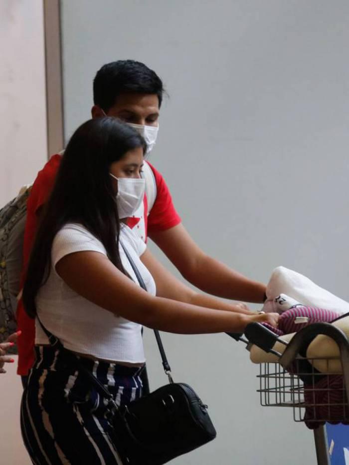Passageiros e funcionários circulam vestindo máscaras contra o novo coronavírus (covid-19) no Aeroporto Internacional Tom Jobim- Rio Galeão