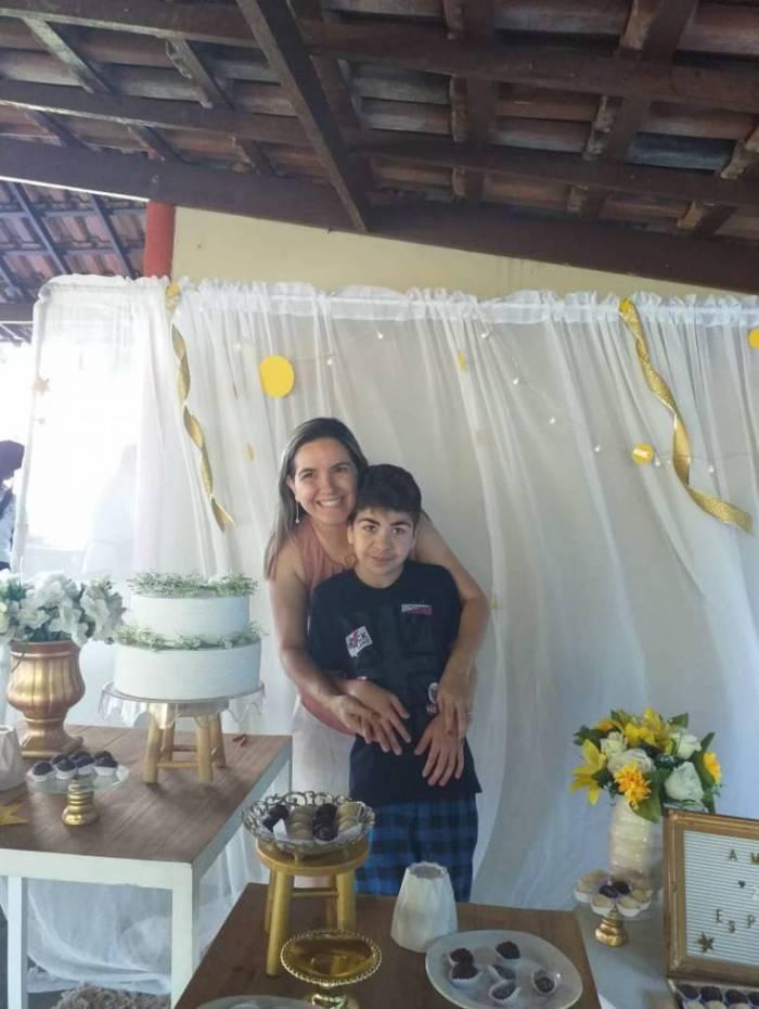 A neuropsicóloga Bárbara Calmeto e seu paciente Luis Gustavo