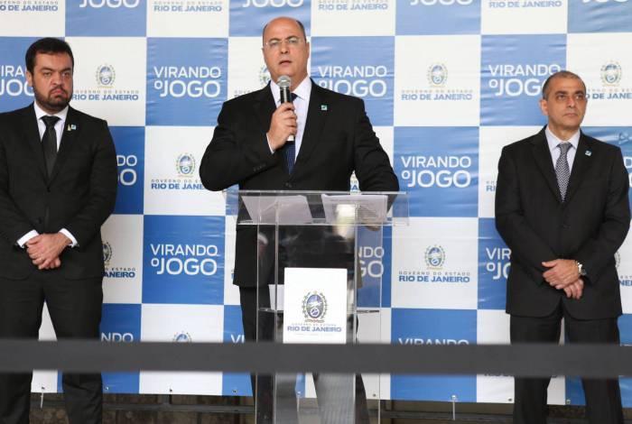 No dia 30 de março, o governador Wilson Witzel deu uma entrevista coletiva no Palácio Guanabara, com o vice-governador, Cláudio Castro (à esquerda), e o secretário de Saúde, Edmar Santos (à direita)