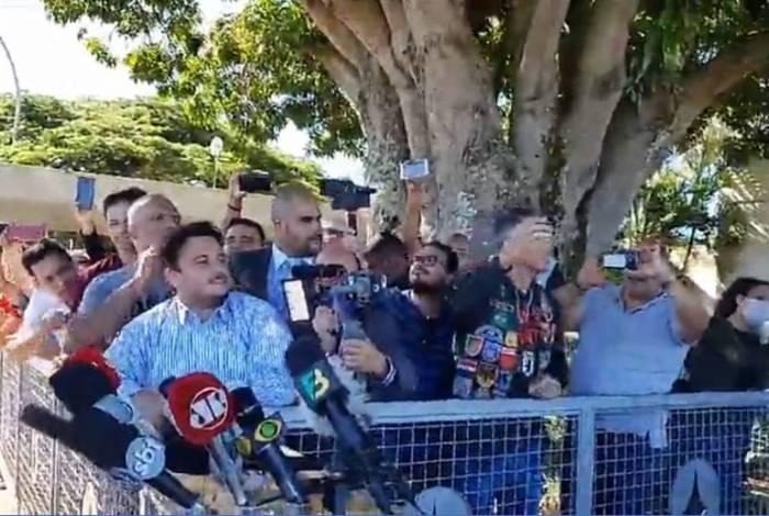 Sem a imprensa, o presidente continuou a conversar com apoiadores