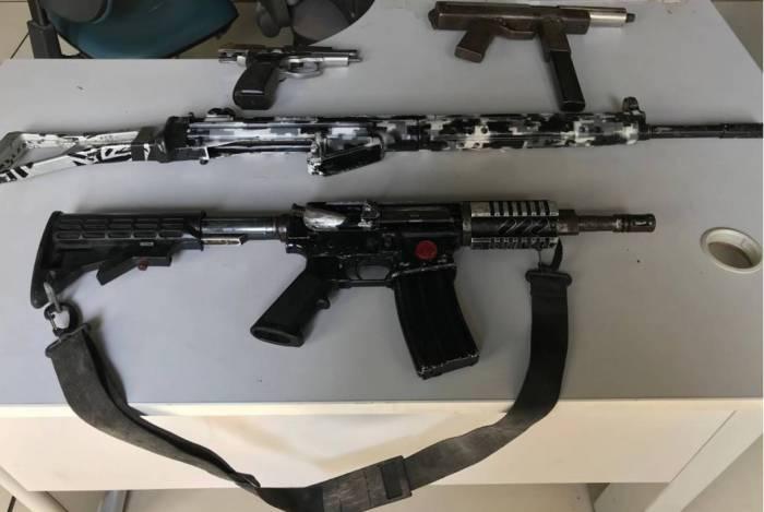 Armas foram apreendias na manhã desta terça-feira em Belford Roxo, na Região Metropolitana