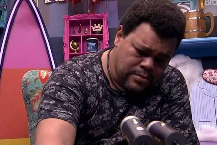 Babu chora no confessionário ao lembrar de Prior
