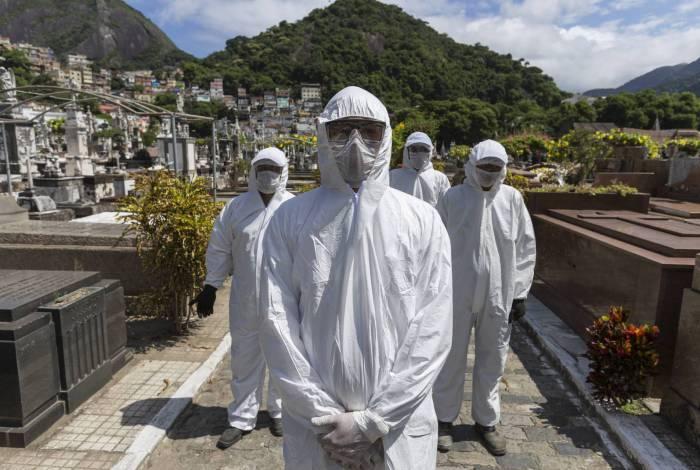 Coveiros usam roupa especial para coronavírus