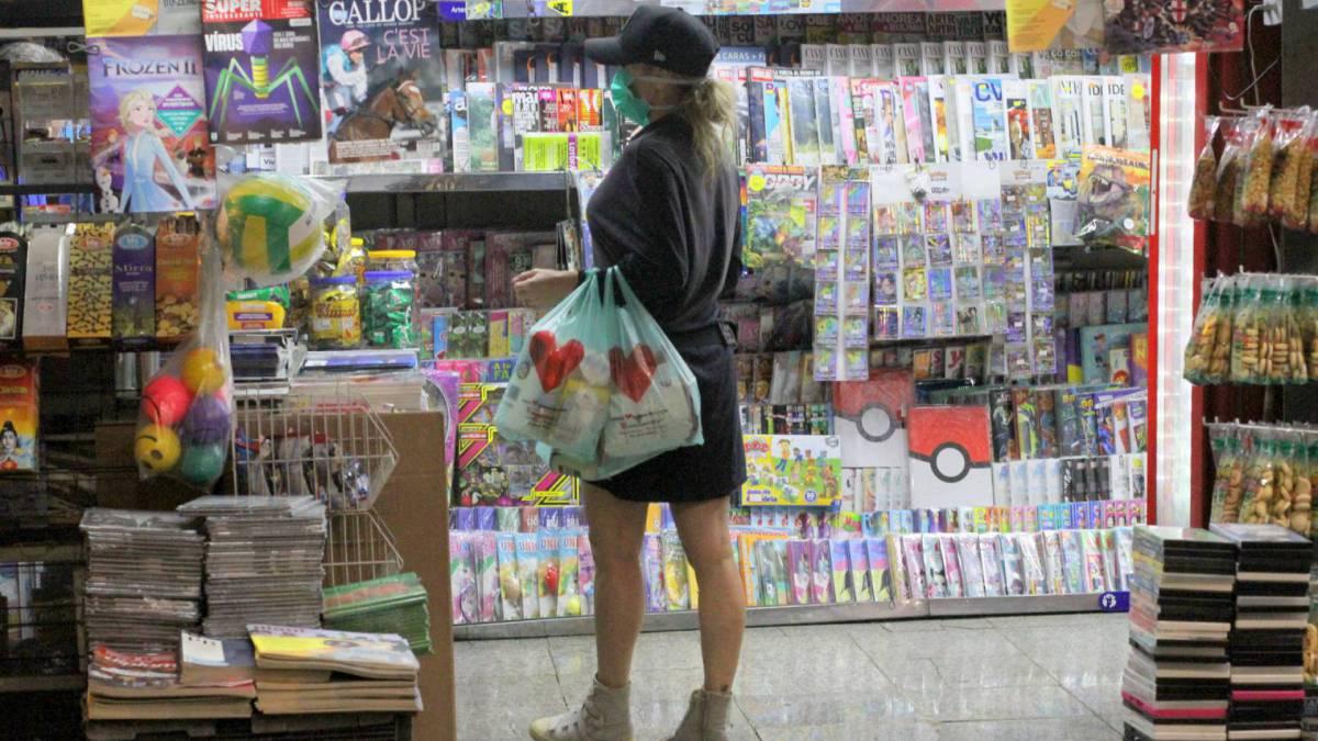 Danielle Winits usa máscara para fazer compras