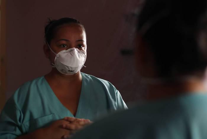 A enfermeira Líbia Bellusci, assim como outros que atuam em unidades de saúde, correm riscos