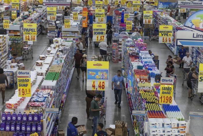 Supermercados e outros estabelecimentos só abrem a partir das 9h, para evitar aglomeração nos transportes públicos