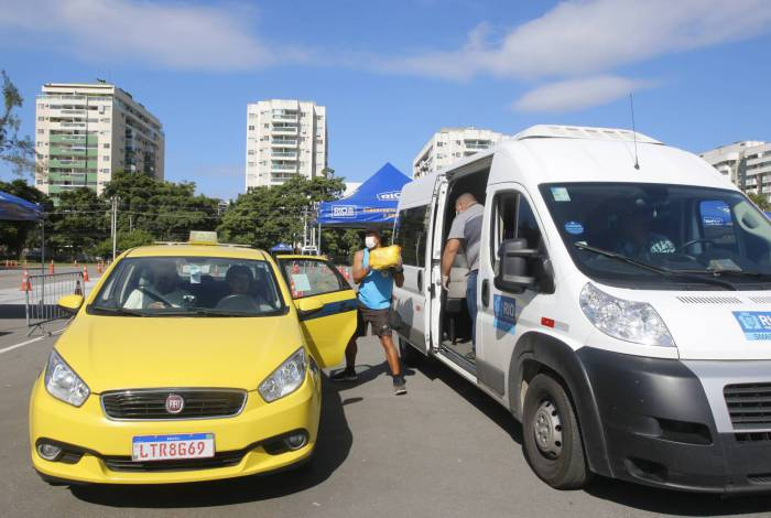 Rio de Janeiro - RJ  - 04/04/2020 - COVID 19 - Coronavirus na cidade do Rio - Prefeitura entrega cestas basicas para taxistas, no Rio Centro, zona oeste da cidade -  Foto Reginaldo Pimenta / Agencia O Dia