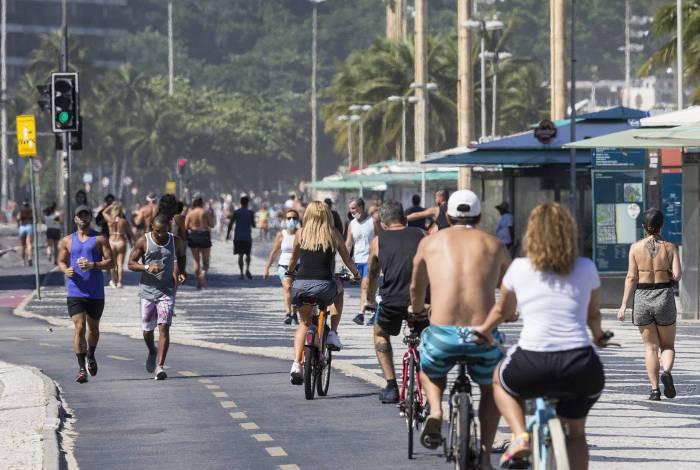 População ignorou a quarentena e encheu o calçadão da praia de Copacabana, na Zona Sul