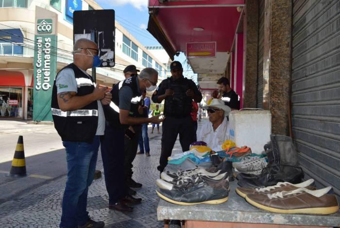Ordem para fechamento do comércio começou a funcionar neste sábado. Agentes da prefeitura foram às ruas para fiscalizar e orientar a população