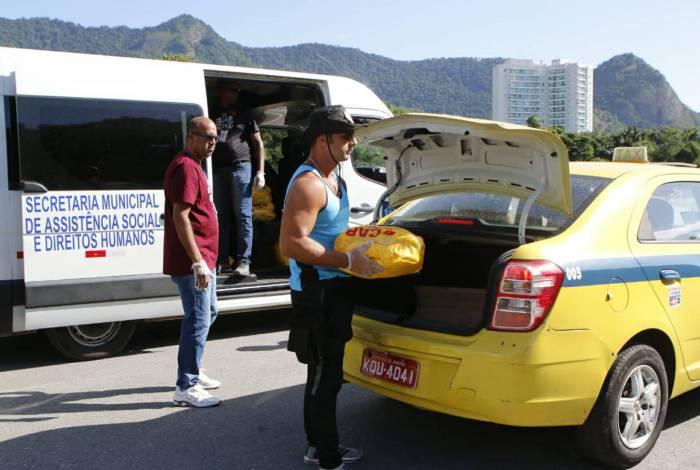 Taxistas recebem cestas básicas em ação da prefeitura no RioCentro