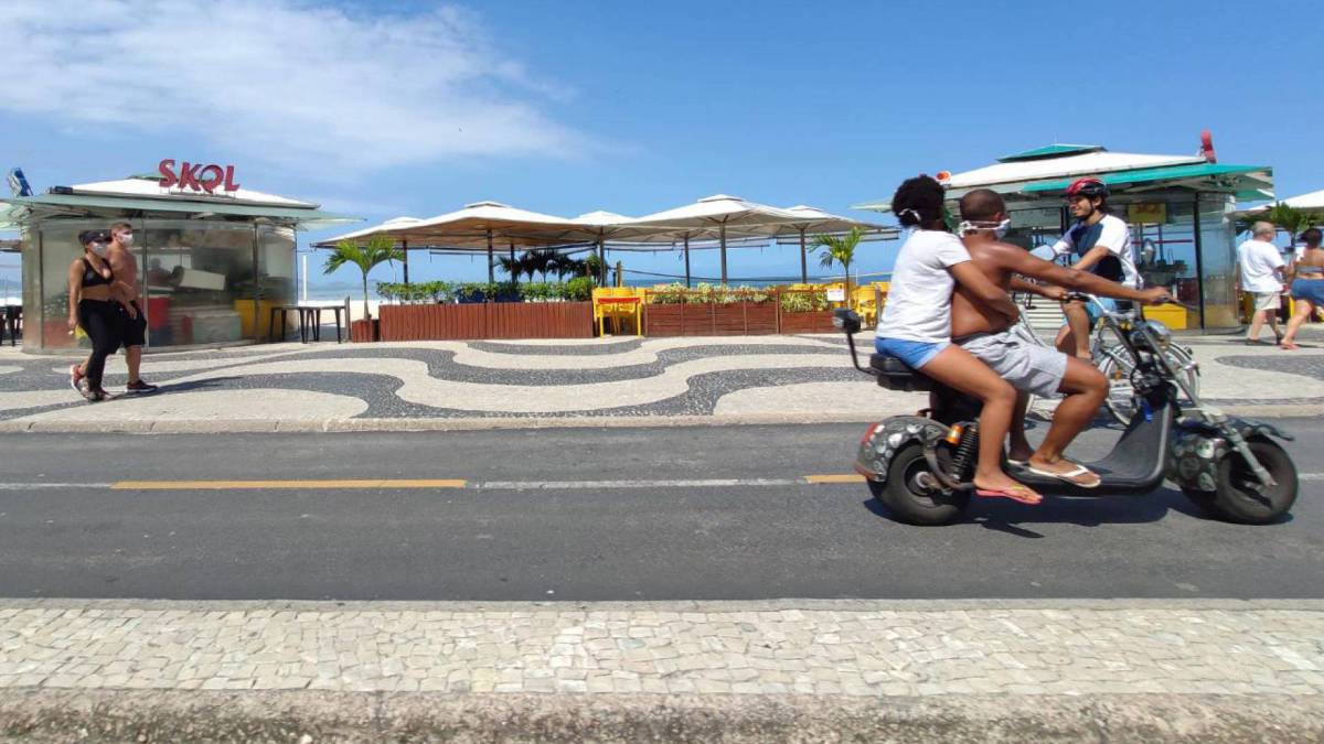 Cariocas quebram isolamento e circulam pela orla de Copacabana