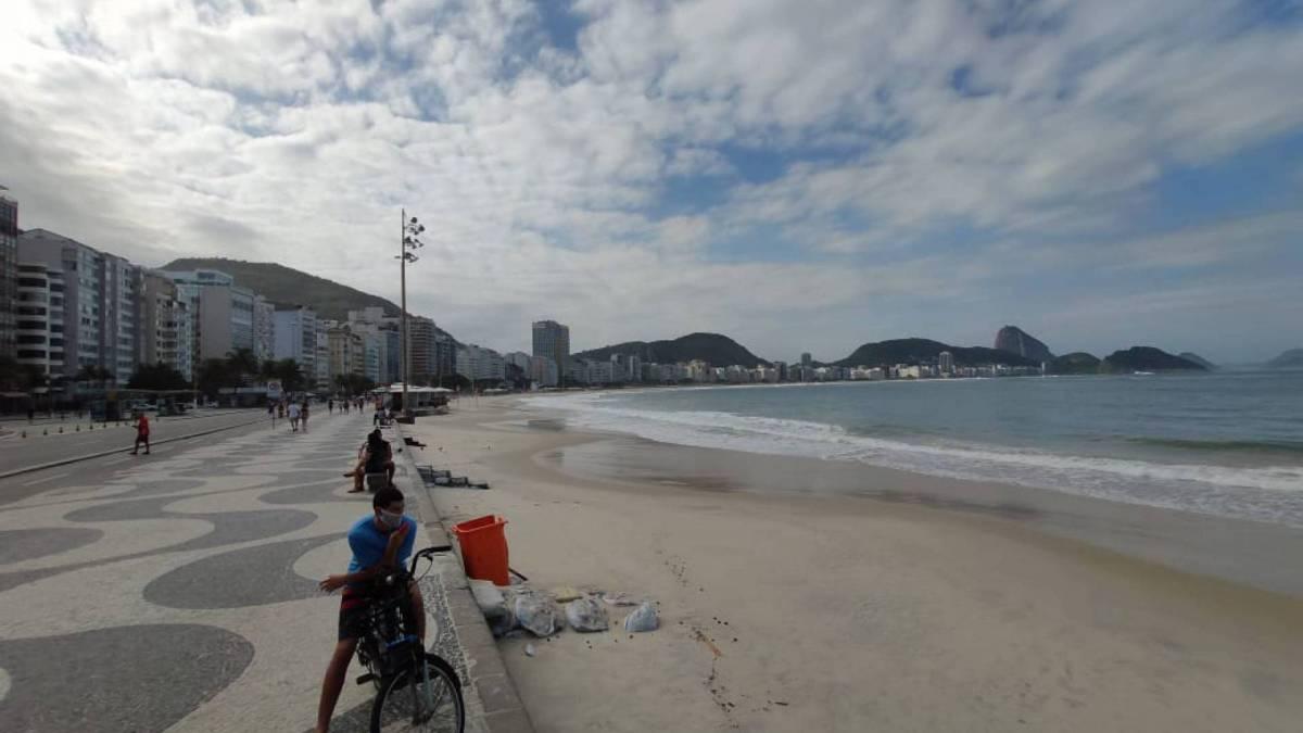 Cariocas quebram isolamento e circulam pela orla de Copacabana neste domingo