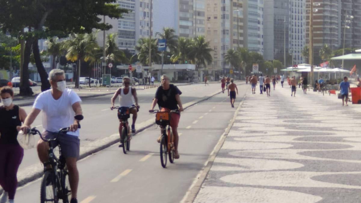Cariocas quebram isolamento e circulam pela orla de Copacabana - segundo bairro com mais casos de coronavírus na cidade