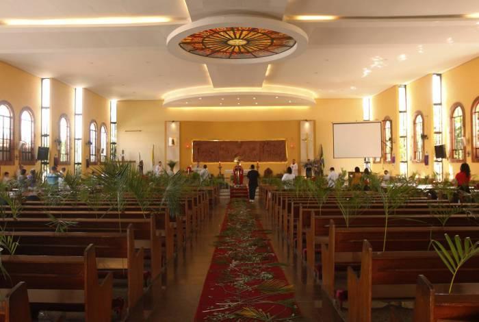Ramos nos bancos representaram os fiéis na Paróquia Nossa Senhora Aparecida, na Ilha. Na Igreja Matriz São Jorge (foto menor), em Quintino, a missa foi transmitida pela internet