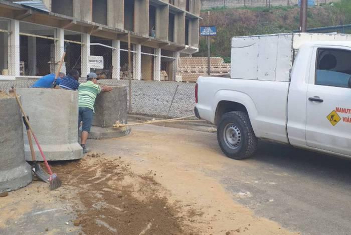 Equipes da Secretaria de Obras recolocaram as manilhas no lugar neste domingo