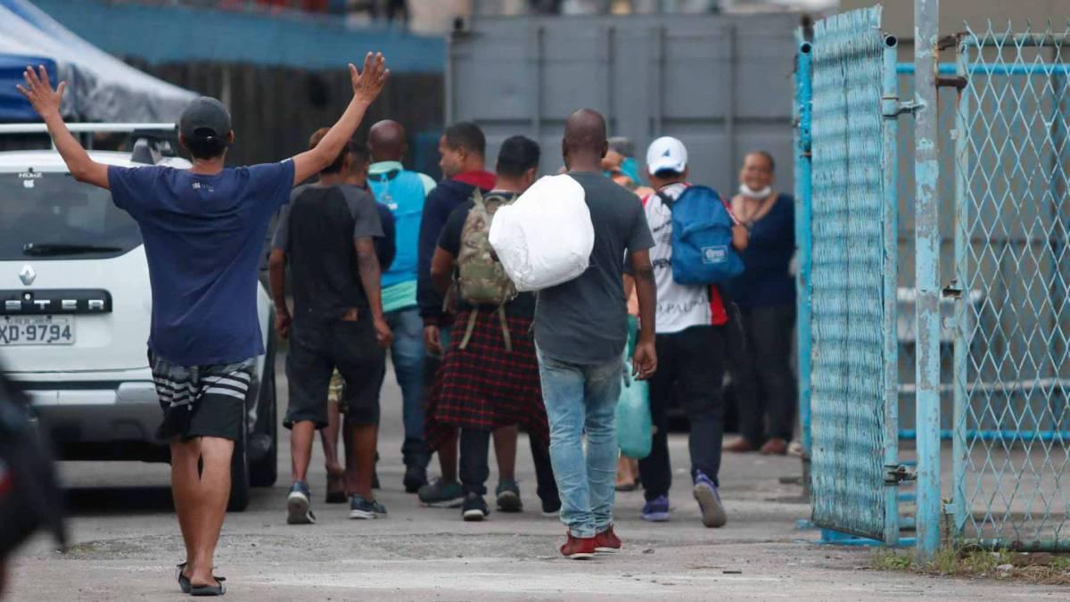 Rio - 30/03/2020 - COVID 19 - CORONAVÍRUS - Chegada dos  moradores de rua no abrigo que foi adaptado no Sambódromo. Foto: Gilvan de Souza / Agencia O Dia