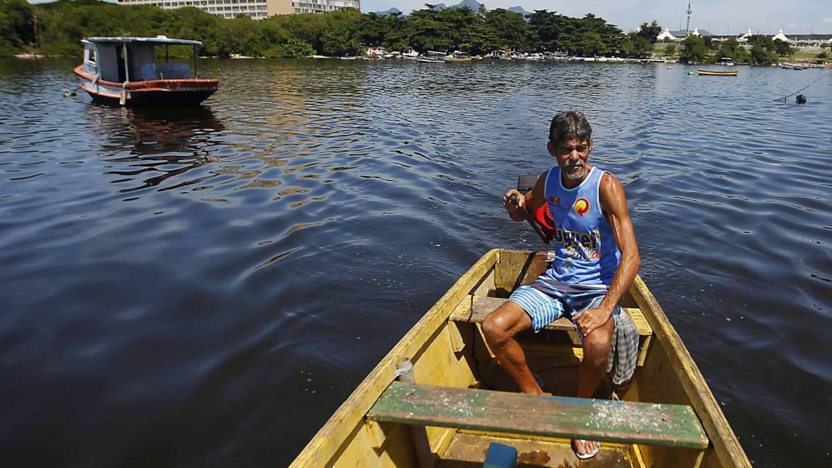 Rio de Janeiro 02/04/2020 - Com a Pandemia do COVID 19 os pescadores sofrem com a pouca procuram de peixes nos comércios. Na foto acima Valdemir da Silva. Foto: Luciano Belford/Agencia O Dia