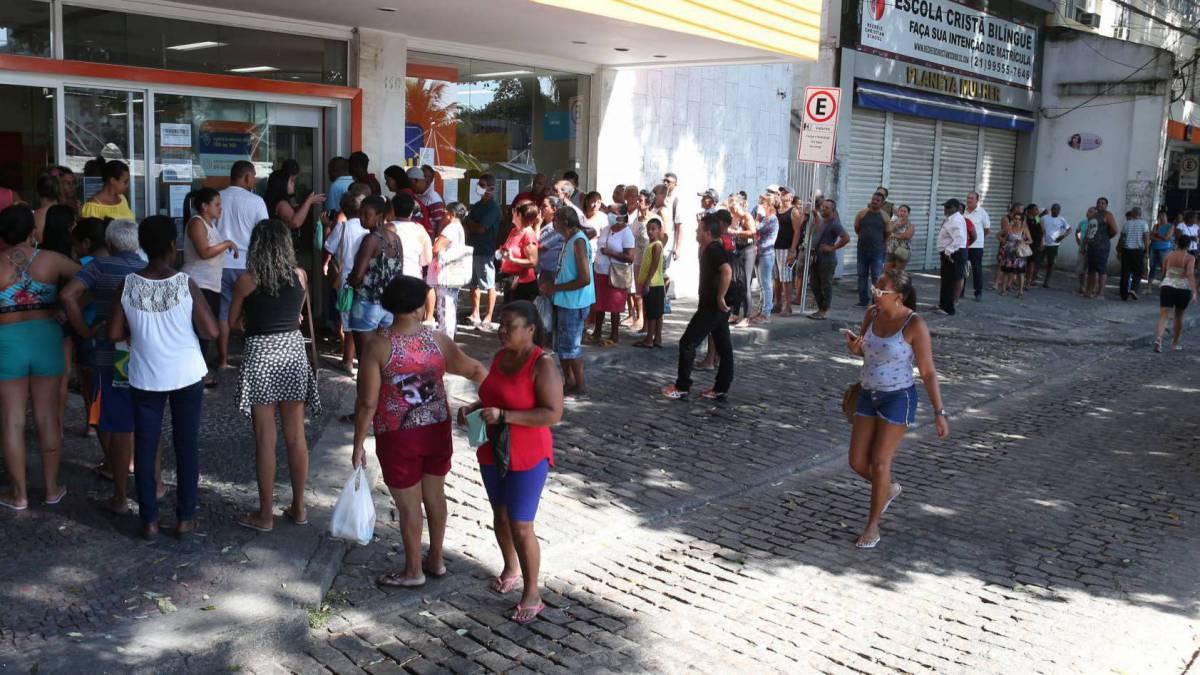 Rio,03/04/2020-COVID-19-CORONA VIRUS, SANTA CRUZ,Av: Felipe Cardoso, fila nos bancos Itau e banco do Brasil. Na foto, fila nos bancosFoto: Cleber Mendes/Agência O Dia