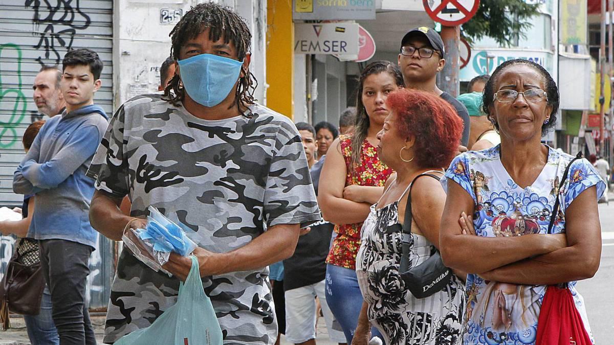 Rio de Janeiro - RJ  - 01/04/2020 - COVID 19 - Coronavírus na cidade do Rio  - na foto, vendedor de mascara, de qualidade duvidosa, em Madureira, zona norte do Rio -  Foto Reginaldo Pimenta / Agencia O Dia