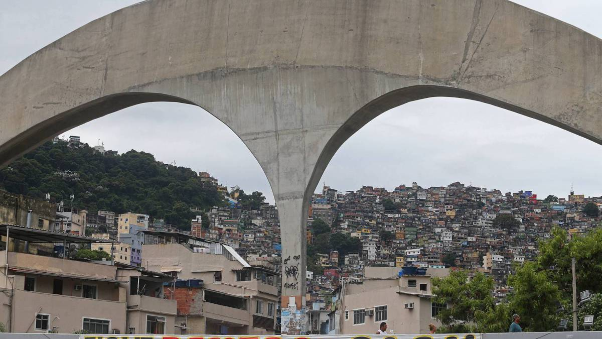 Rio - 30/03/2020 - COVID 19 - CORONAVÍRUS - Sao Conrado -  Movimentação na Rocinha no inicio da tarde de hoje. Na entrada da comunidade tem uma faixa escrito