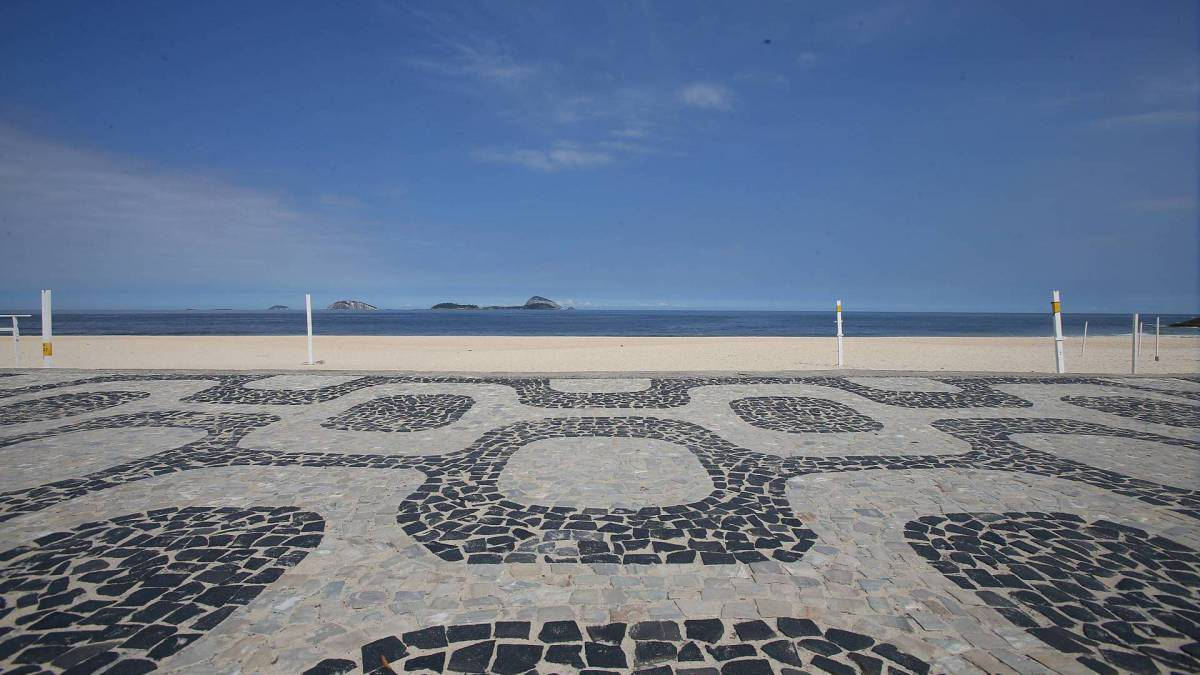 Rio - 31/03/2020 - Covid-19 - Coronavírus - Com o Rio em quarentena pouca movimentação de pessoas na orla da Praia do Leblon no inicio da tarde de hoje. Foto: Daniel Castelo Branco / Agencia O Dia