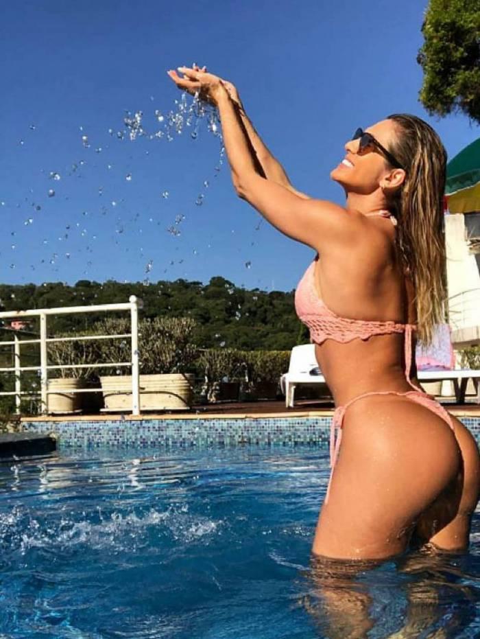 Lívia Andrade curte dia de sol na piscina de casa
