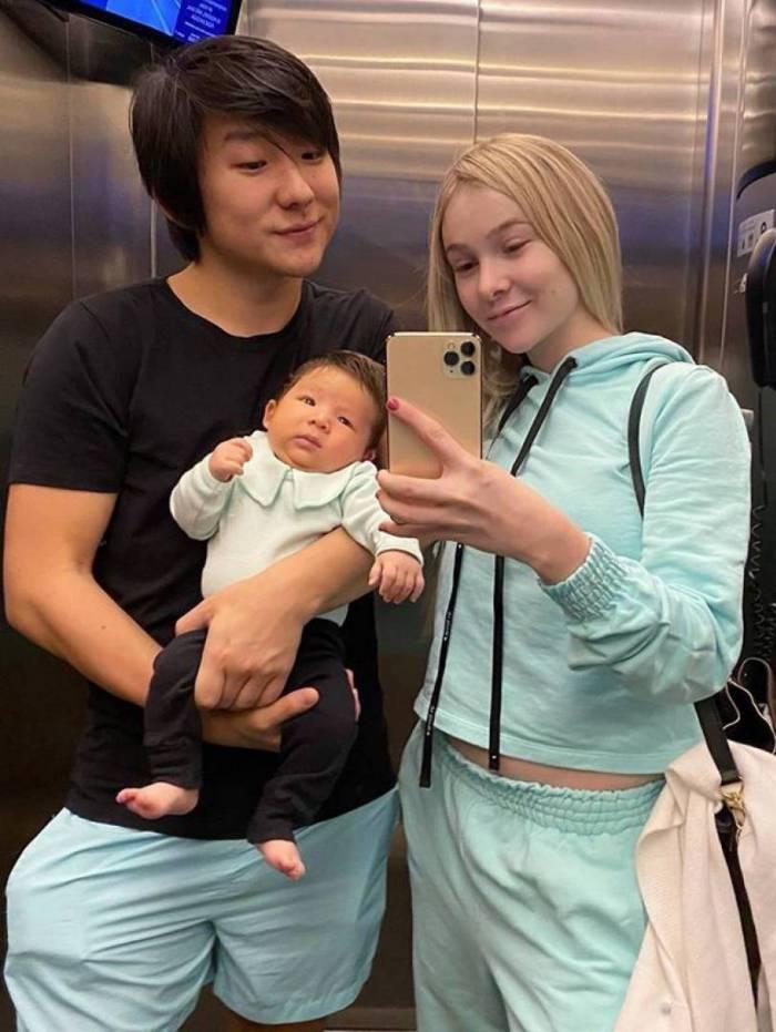 Pyong posa com a mulher, Sammy, e o filho do casal, Jake