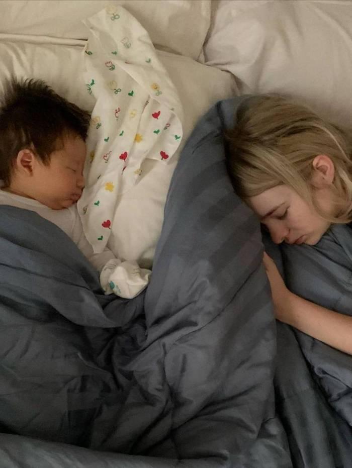 Jake dorme na cama com a mãe, Sammy