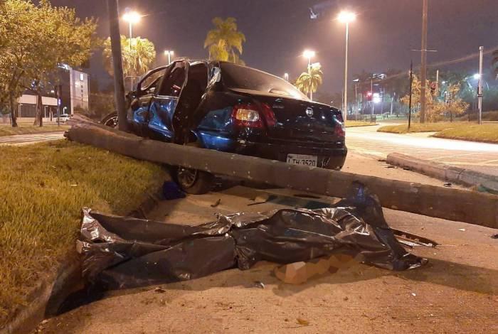 Carro capota e uma pessoa morre e outras duas ficam feridas na Barra da Tijuca