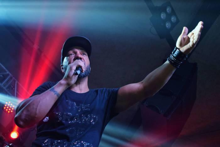 Belo tem criado expectativa nos fãs ao dar pistas sobre possível live