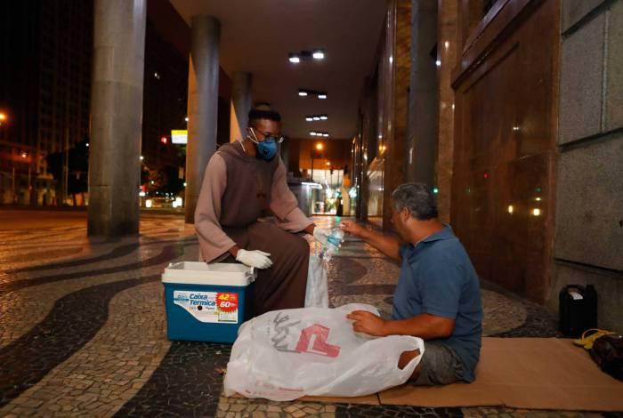 Rio, 08/04/2020, Irmaos da Toca de Assis doam comidas a moradores de rua no Centro, foto de Gilvan de Souza / Agencia O Dia