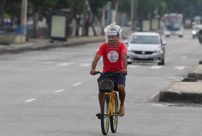 Pessoas improvisam máscaras para se proteger do coronavírus nas ruas do Rio