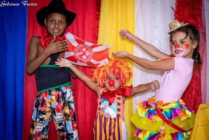 Família da Zona Norte faz paródias com escolas de samba para fugir da rotina