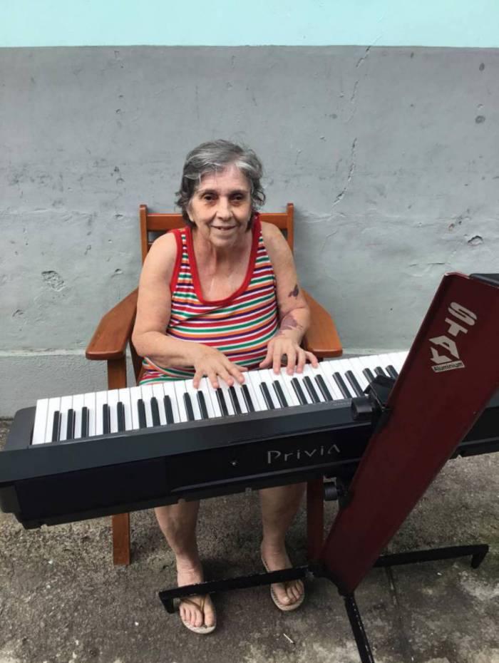 Dona Leny, de 80 anos, mora no abrigo de Campo Grande e adora música clássica