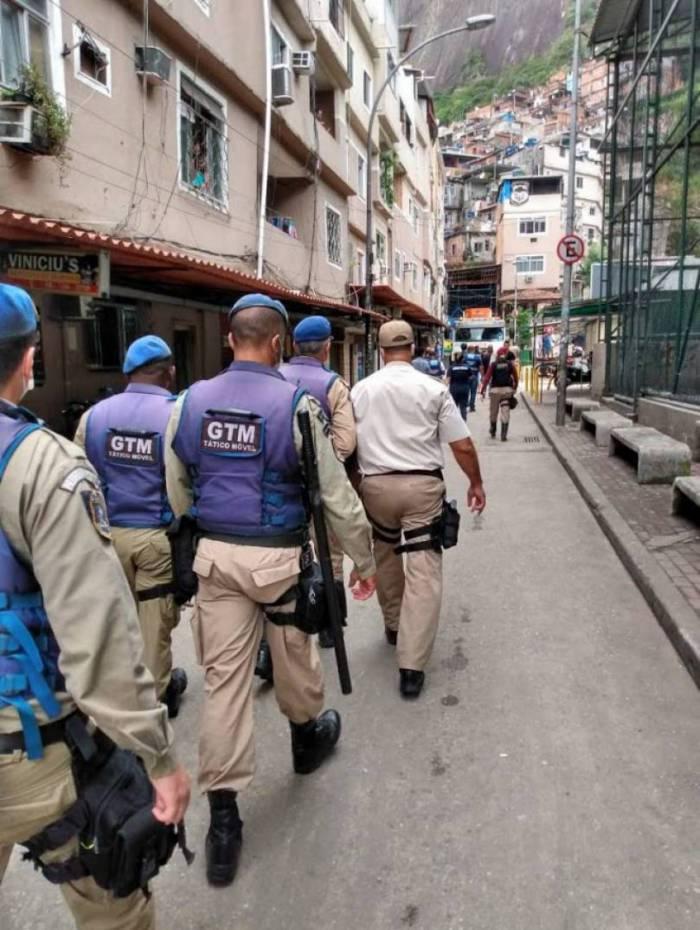 Prefeitura do Rio faz ação de fiscalização em comércios da Rocinha para evitar aglomerações