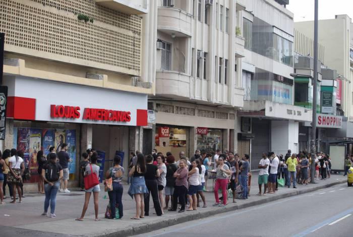 Longa fila para comprar chocolate na Praça Saens Peña, na Tijuca