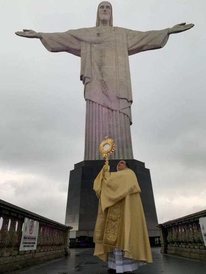 Padre Omar em cerimônia de bênção ao povo do Rio de Janeiro aos pés do Cristo Redentor