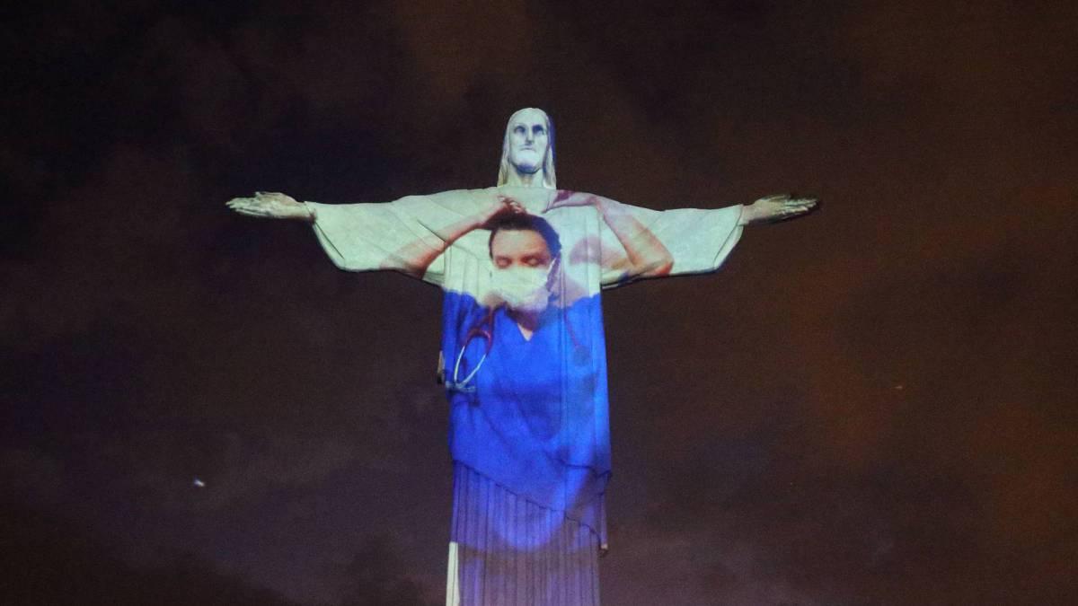 Monumento símbolo do Rio foi iluminado durante a missa pascal