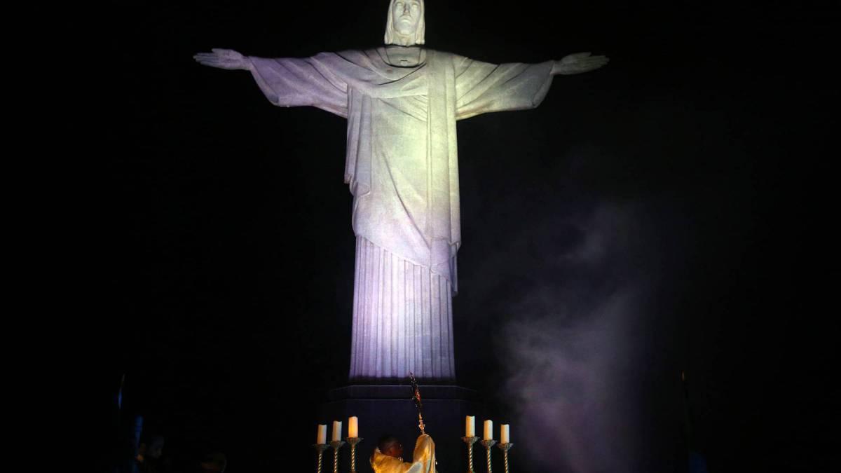 O ato de consagração do Brasil, realizado pelo arcebispo do Rio, Cardeal Orani Tempesta acompanhado do Padre Omar. Foto: Daniel Castelo Branco / Agencia O Dia