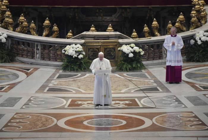 Papa celebra a missa de Páscoa na Basílica de São Pedro vazia
