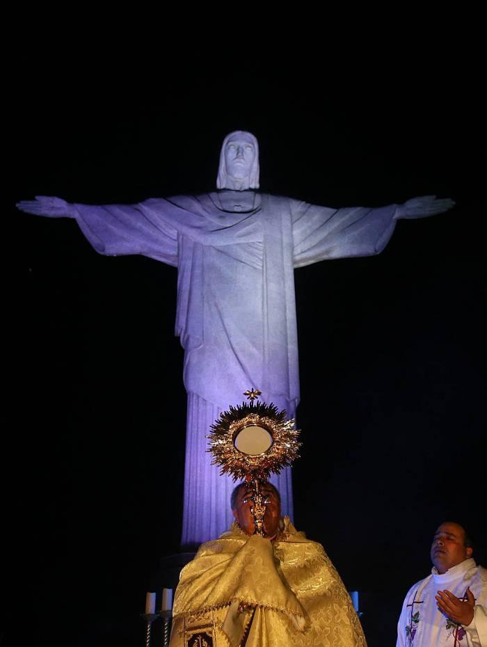 Missa em  homenagem as pessoas da área de saúde no Cristo Redentor