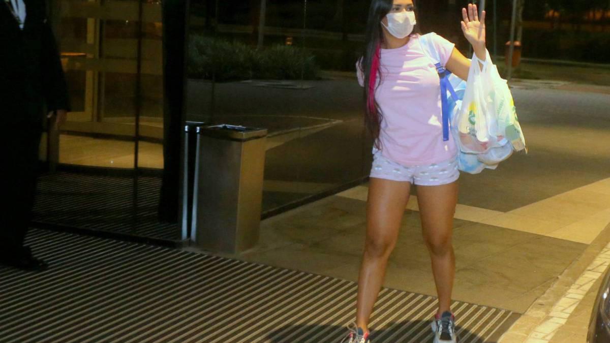 Flay chega ao hotel usando pijama e máscara