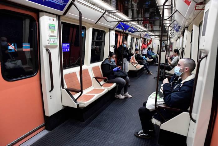 Governo espanhol distribui máscaras em metrô, em retomada gradual de atividades