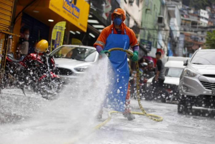 Comlurb faz limpeza na comunidade da Rocinha