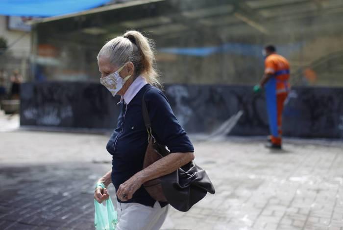 Moradores se protegem do coronavírus com máscaras