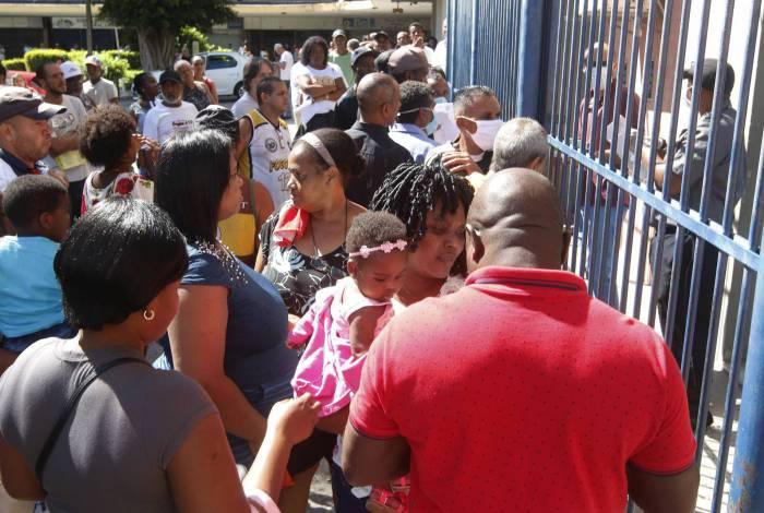 Rio de Janeiro - RJ  - 13/04/2020 - COVID 19 - Coronavirus na cidade do Rio - Fila para regularizar o CPF, em Madureira, zona norte do Rio - Foto Reginaldo Pimenta / Agencia O Dia