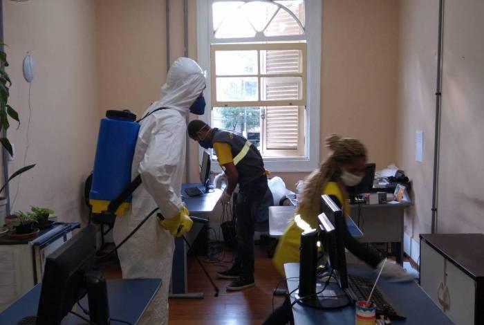 Uma solução de água, quaternário de amônio e desinfetante de uso hospitalar está sendo espalhado nos locais para eliminar os focos possíveis de contágio com o coronavírus